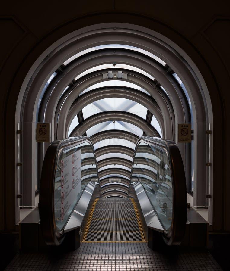 Perspectiva de disminución en un tubo futurista de la escalera móvil foto de archivo