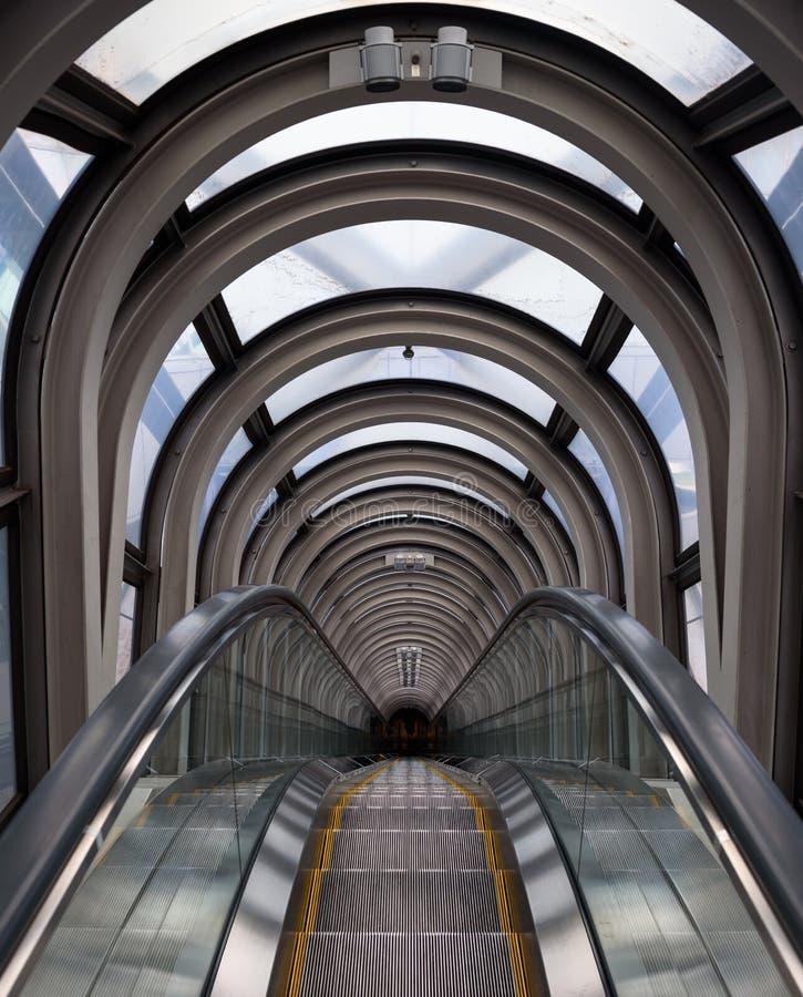 Perspectiva de disminución en un tubo futurista de la escalera móvil foto de archivo libre de regalías