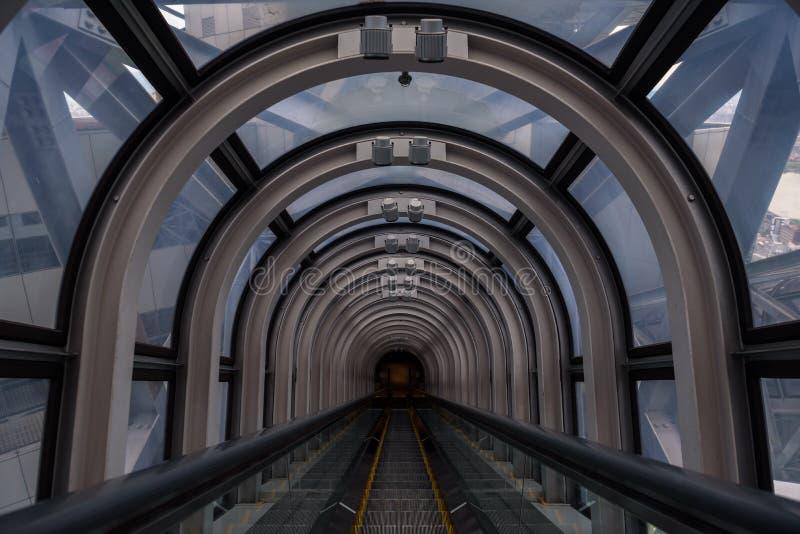 Perspectiva de disminución en un tubo futurista de la escalera móvil fotos de archivo