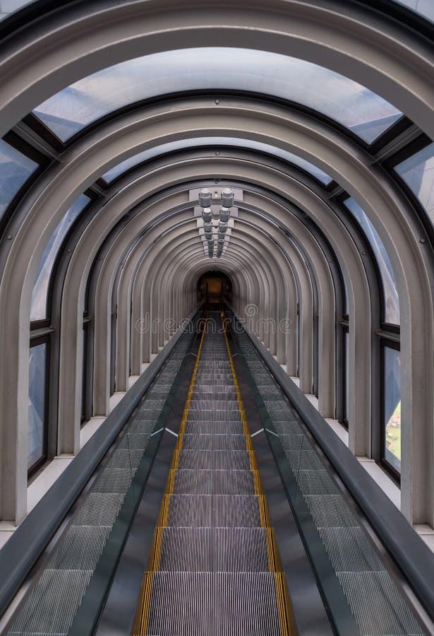 Perspectiva de disminución en un tubo futurista de la escalera móvil imagenes de archivo