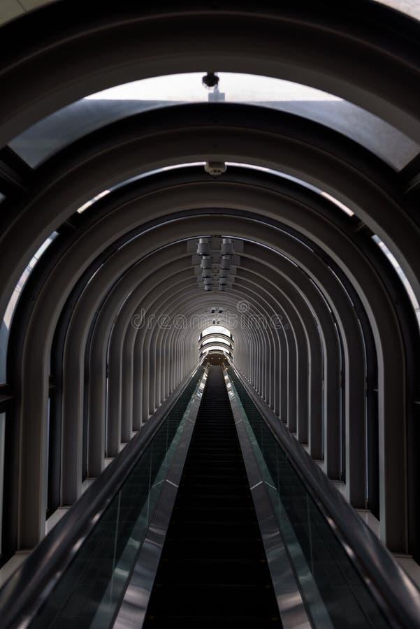 Perspectiva de disminución en un tubo futurista de la escalera móvil imágenes de archivo libres de regalías