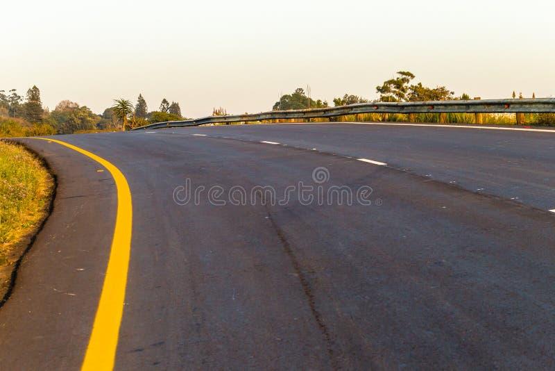 Perspectiva de disminución de la nueva pista de despeque de la carretera del camino imagen de archivo