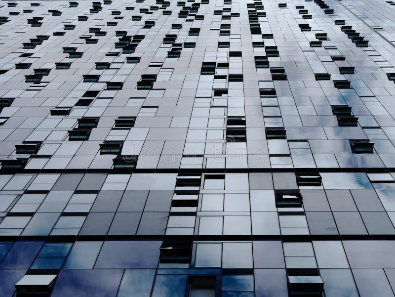 Perspectiva de disminución de la pared y de ventanas constructivas modernas Fondo met?lico abstracto imágenes de archivo libres de regalías