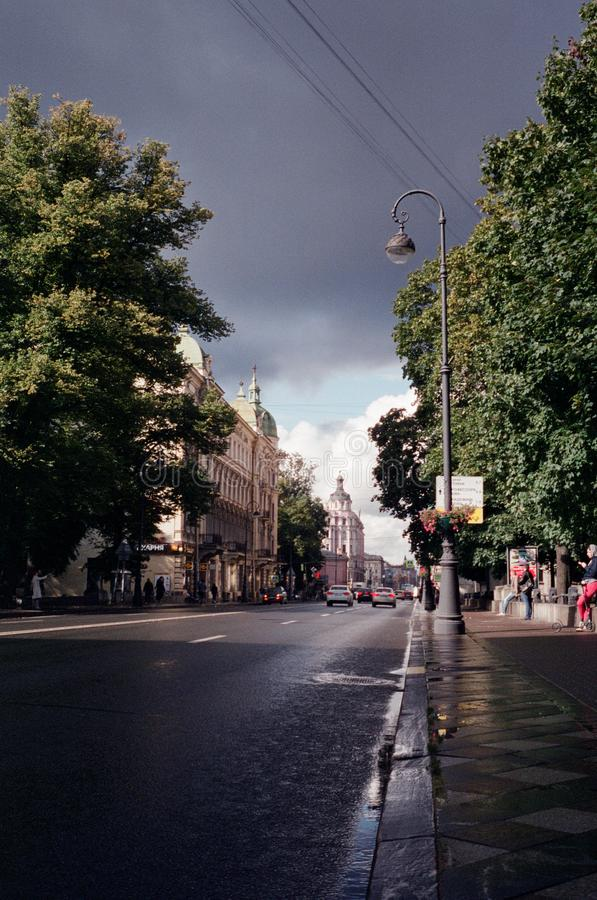 Perspectiva de Kamennoostrovsky após a chuva fotografia de stock