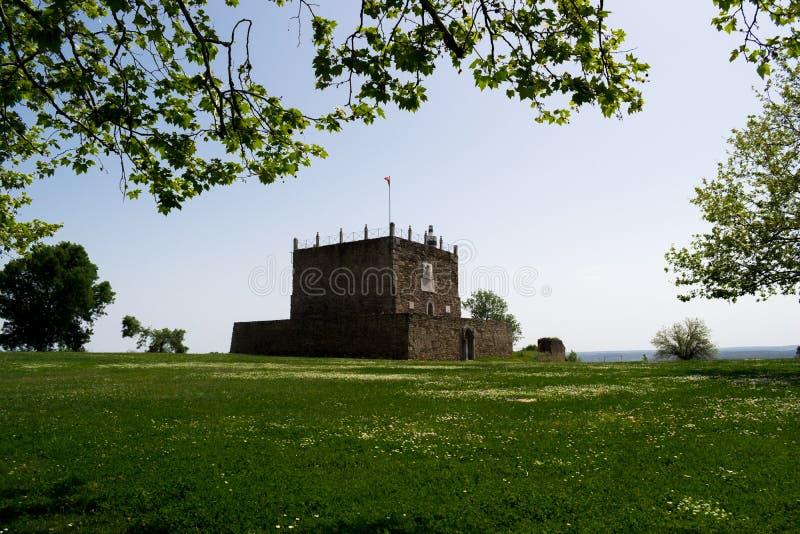 Perspectiva de la torre de Managem del castillo de Abrantes, Portugal imagenes de archivo