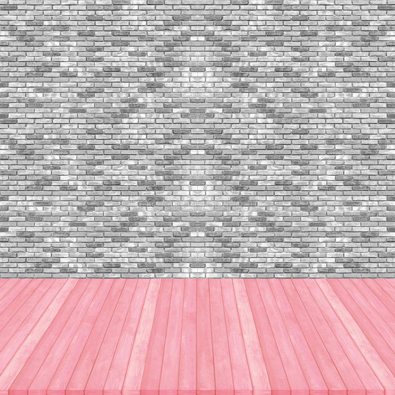 Perspectiva de madera del color en colores pastel del rosa del piso en cuesta del gris de la pared de ladrillo imagen de archivo libre de regalías