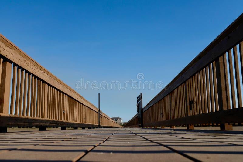 Perspectiva de madera del nivel del suelo del paseo marítimo al punto de desaparición imagenes de archivo