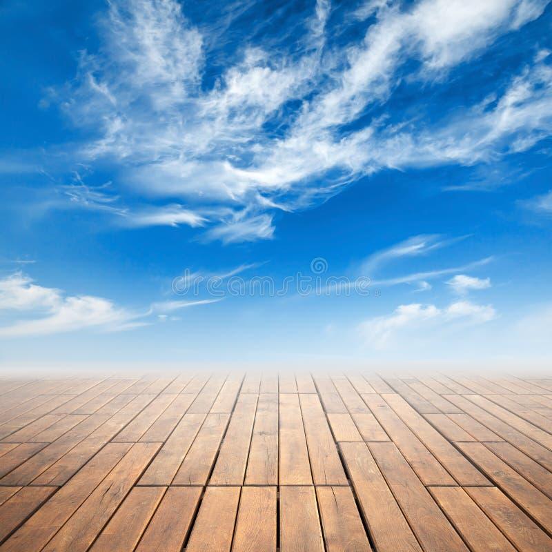 Perspectiva de madera del piso de Brown y cielo nublado ilustración del vector