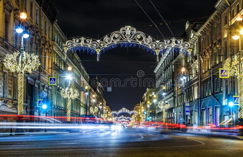 Perspectiva de Nevsky de las decoraciones de la Navidad, tráfico y luces en primero plano, noche, St Petersburg, Rusia del coche imágenes de archivo libres de regalías