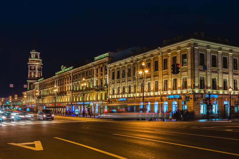 Perspectiva de Nevsky y Duma de la ciudad de St Petersburg en el illumin de la noche imágenes de archivo libres de regalías