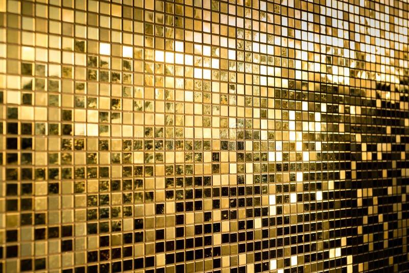 Perspectiva de telhas de mosaico do quadrado do ouro para o fundo da textura fotografia de stock royalty free