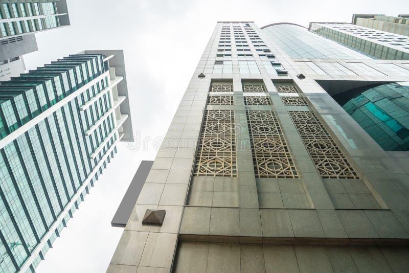 Perspectiva de vidro moderna dos arranha-céus na cidade foto de stock