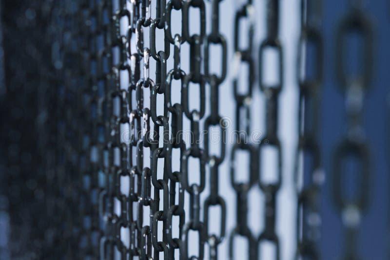 Perspectiva del fondo de la cortina de las cadenas del metal Foco seleccionado foto de archivo libre de regalías