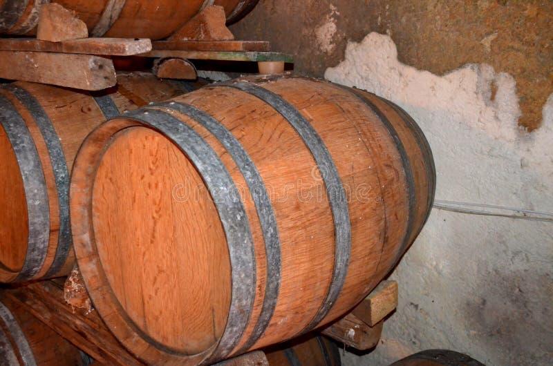 Perspectiva do fundo dentro de um winecellar fotografia de stock royalty free