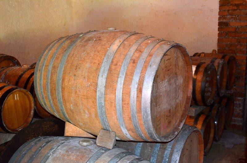 Perspectiva do fundo dentro de um winecellar imagens de stock