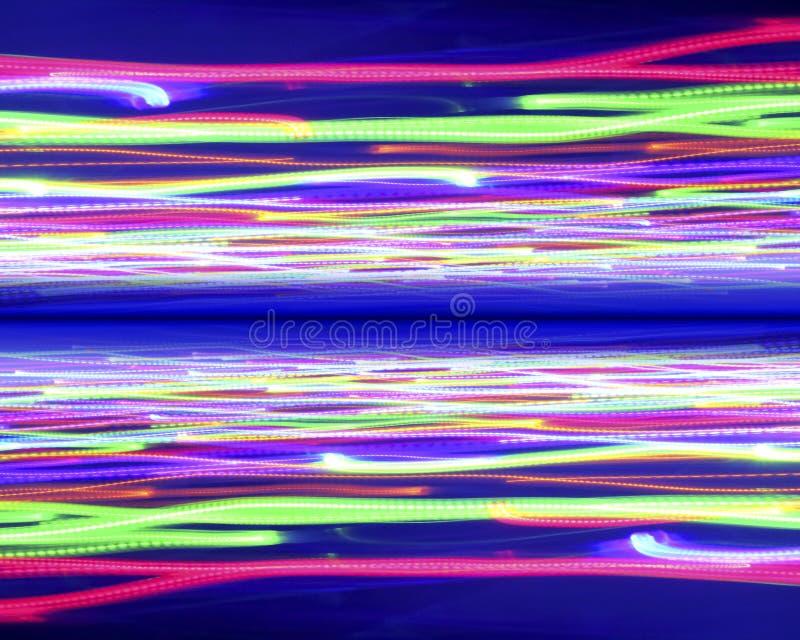 Perspectiva na distância das luzes de néon em um azul abstrato b fotografia de stock royalty free