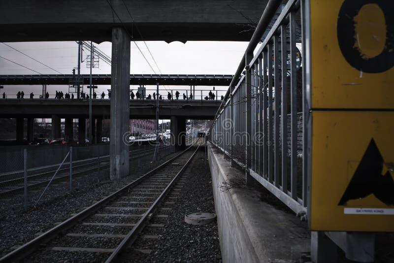 Perspectiva profunda de carriles en una estación de la tranvía foto de archivo