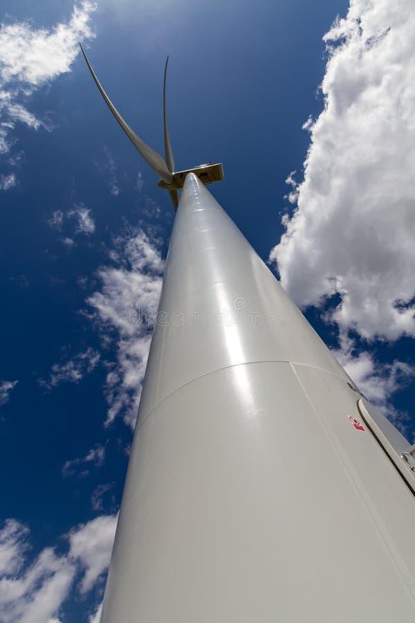 Perspectiva recta-para arriba rara del primer de Sunny Side de una turbina de viento industrial de alta tecnología enorme que gene imágenes de archivo libres de regalías