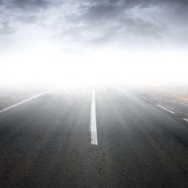 Perspectiva rural de niebla vacía de la carretera del asfalto fotografía de archivo libre de regalías