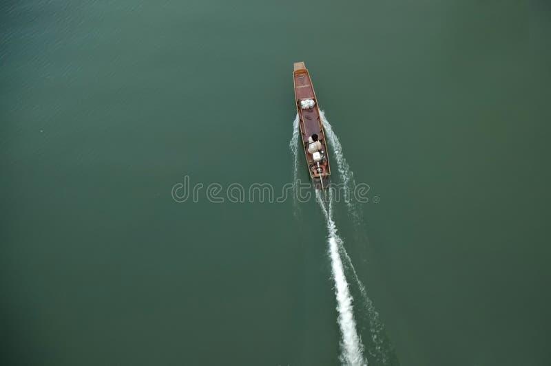Perspectiva superior del barco de madera antiguo tailandés de la velocidad foto de archivo