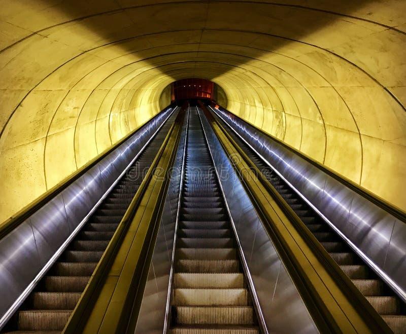 Perspectivas del metro, foto en escaleras móviles imagen de archivo libre de regalías