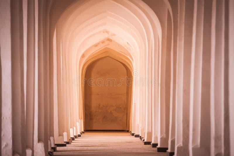 Perspective arquée de couloir à Boukhara, Uzbekisan photos libres de droits