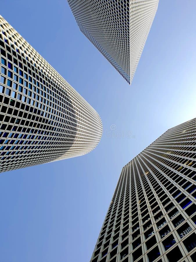 Perspective convergente sur trois gratte-ciel modernes photographie stock libre de droits