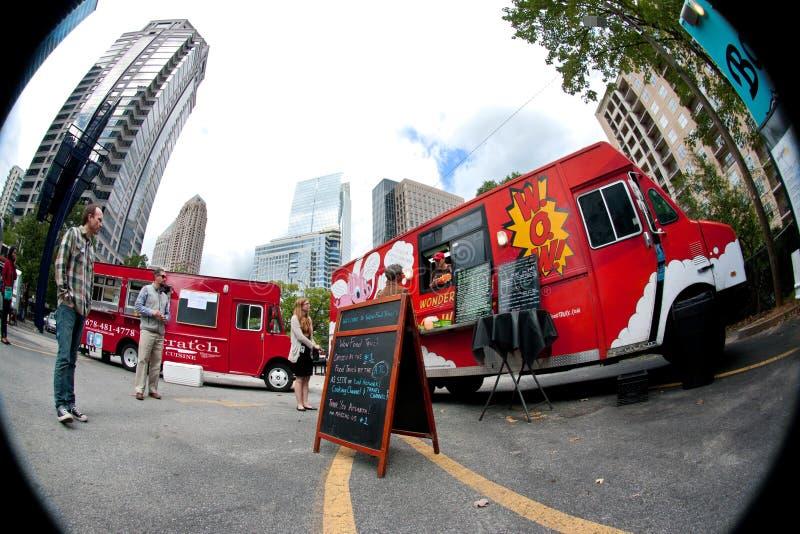 Perspective d'oeil de poissons des clients achetant des repas des camions de nourriture photo libre de droits
