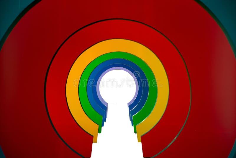 Perspective de passage couvert coloré aux nuances de l'arc-en-ciel Tunnel coloré dans la couleur d'arc-en-ciel images stock