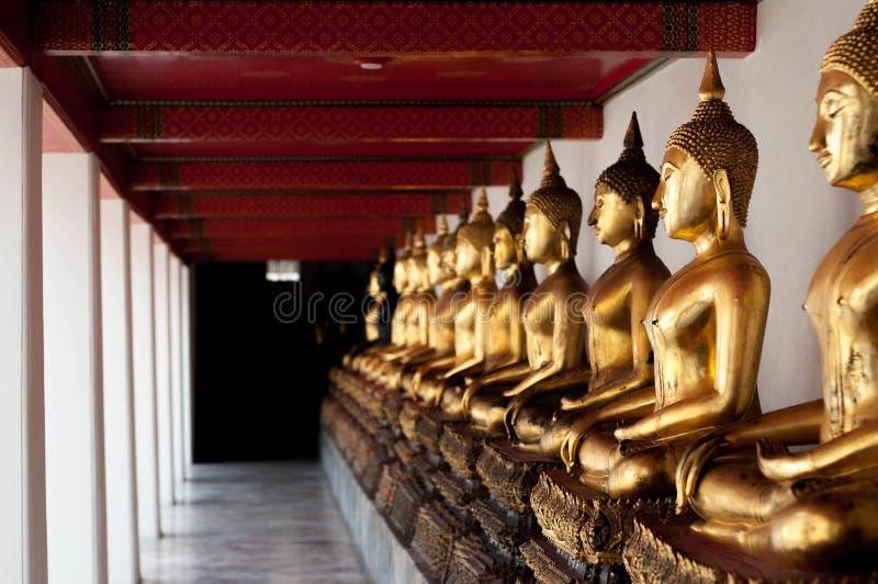 Perspective de statue de Bouddha d'or dans le temple image stock