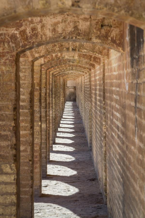 Perspective des voûtes en pierre antiques du SI o elle pont de Pol l'après-midi à Isphahan, Iran photo stock