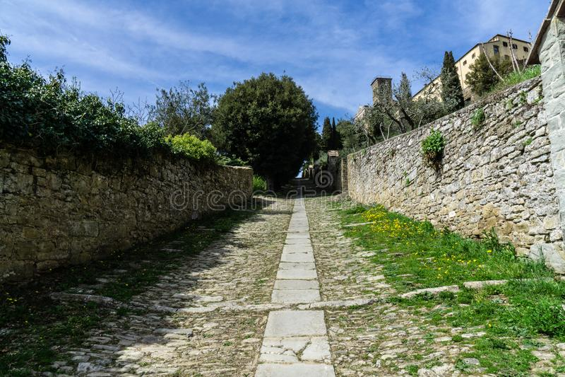 Perspective gentille pour atteindre le fort dans Cortona Toscane photo libre de droits