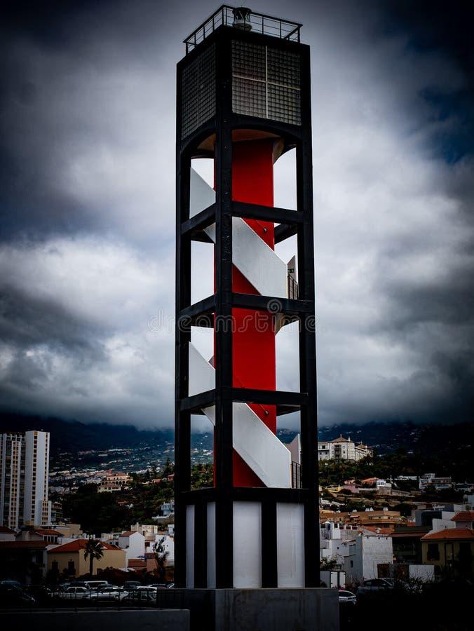 Perspective spectaculaire d'un phare sur la côte images libres de droits