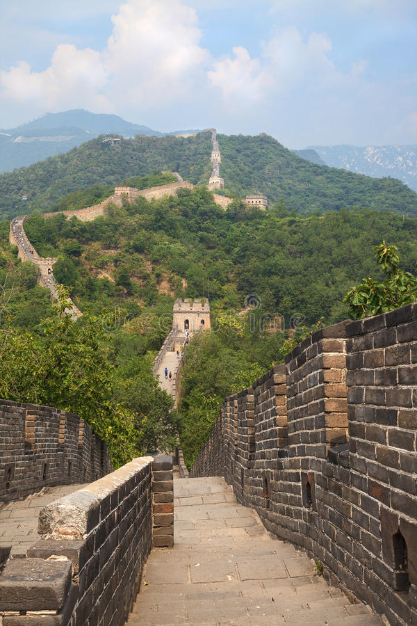 Perspective view on Great Wall of China and walking tourists royalty free stock photos