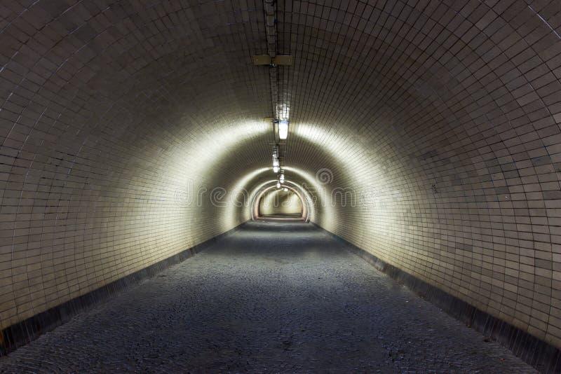 Perspektiv beskådar till och med en Floodlighted tunnel för mörker arkivfoton