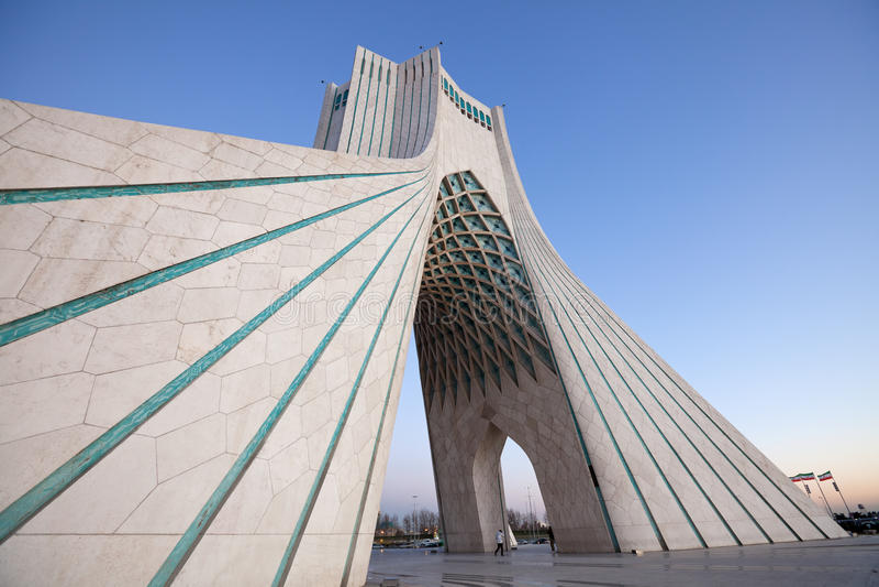 Perspektiv för Azadi monumentsida i skymning royaltyfri fotografi