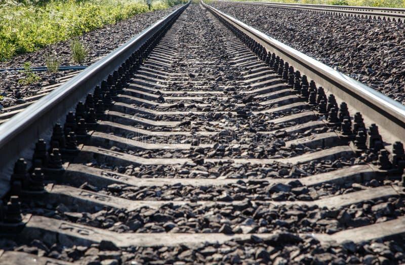 Perspektiv för nedersta sikt för sikt för järnvägspår underifrån arkivbilder