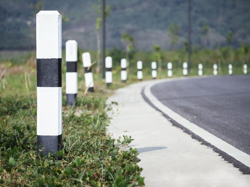 Perspektiv för vägsidoväg med det utomhus- loppet för teckenvägtur arkivfoton