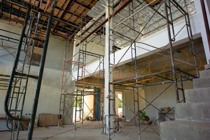 Perspektiv inom av huset under konstruktion med installation royaltyfri bild