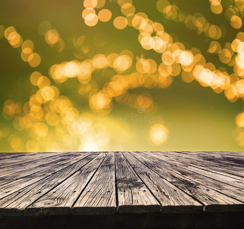 Perspektiv som textureras av den bästa gamla wood tabellen med härlig suddighet royaltyfri fotografi