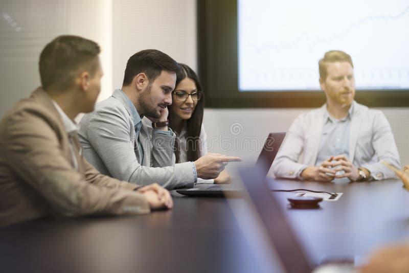 Perspektivbusinesspeople som har möte i konferensrum arkivfoto