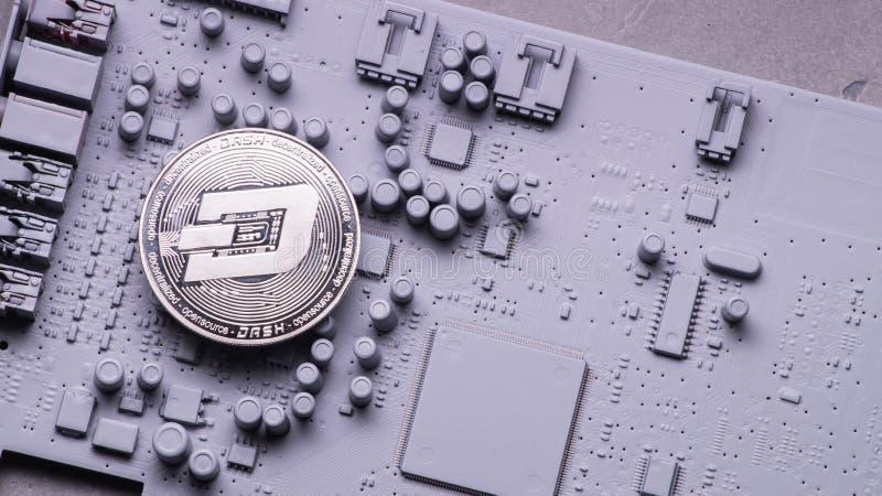Perspektivcrypto-valutor: Dashcoin mynt på ett bräde för utskrivaven strömkrets av grå färger färgar arkivfoton