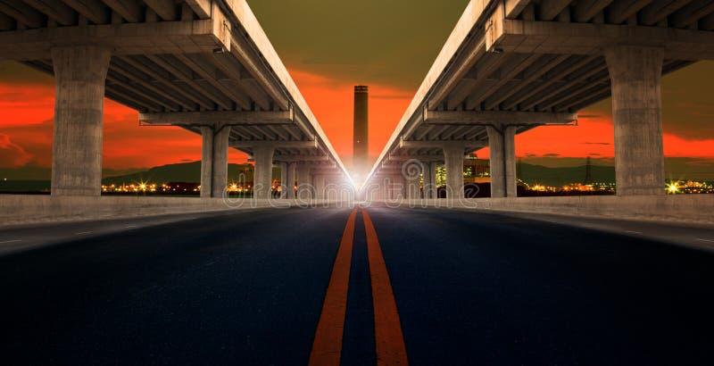 Perspektive auf Brücken-RAM-Bau und Asphalt raod lokalisiert lizenzfreie stockfotografie
