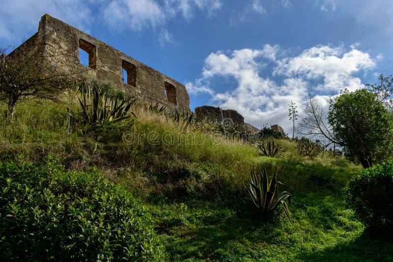 Perspektive der Wand mit Fenstern im Schloss von Torres Vedras, auf Hügel Portugal lizenzfreie stockfotografie