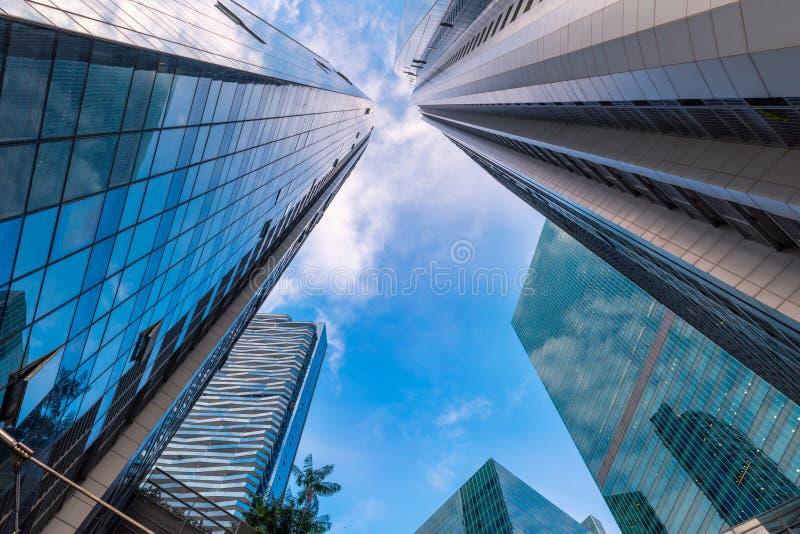 Perspektive von Wolkenkratzern ragen und von Geschäftsgebäude an niedrigem ANG hoch lizenzfreie stockfotos
