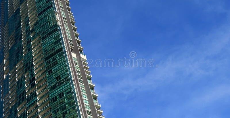 Perspektiven- und UnterseitenWinkelsicht zu strukturiertem Hintergrund des modernen Glasgebäudes stockfotografie