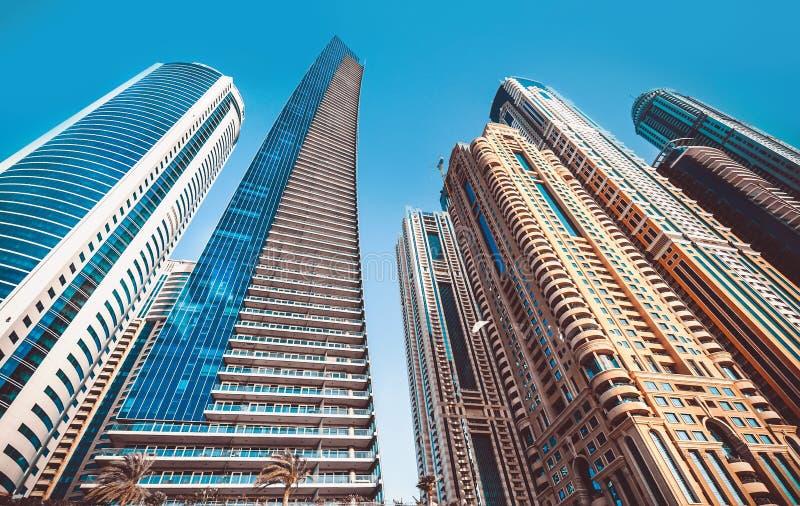 Perspektiven- und UnterseitenWinkelsicht zu strukturiertem Hintergrund von modernen blauen Gebäudeglaswolkenkratzern stockfotos