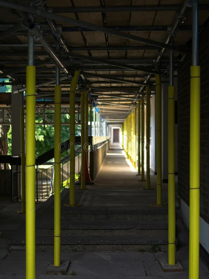Perspektivenansicht des konkreten Korridors mit Bauger?st lizenzfreie stockfotos