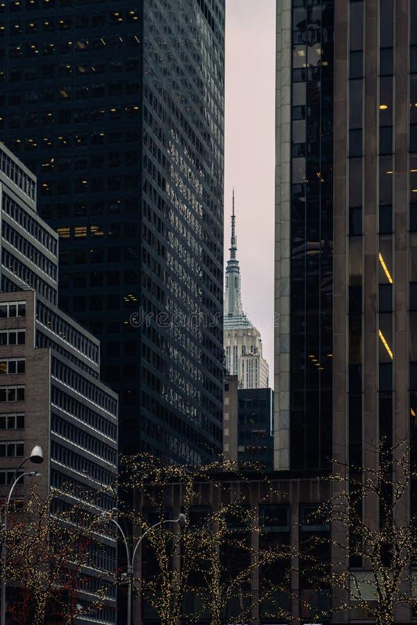 Perspektivenansicht zum Fassadenfragment der modernen Gebäude und des Empire State Buildings in Midtown Manhattan stockbilder