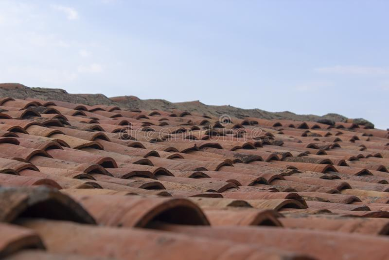 Perspektiventrieb von Dachplatten mit Hintergrund des blauen Himmels lizenzfreie stockbilder